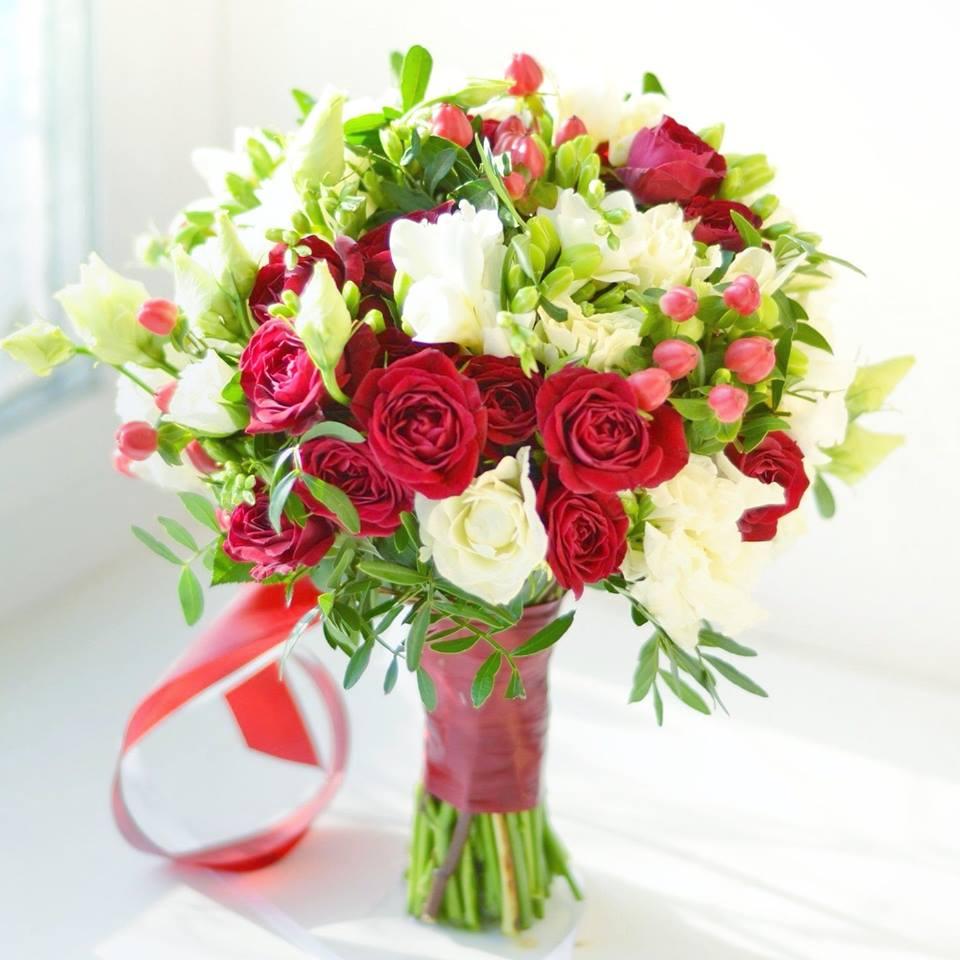 Букет свадебный яркий из красных роз и фрезий, цветов ромашки воронеж